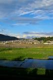 En by i bergen Arkivbild