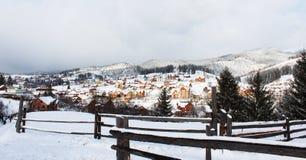 En by i Carpathiansna arkivfoton