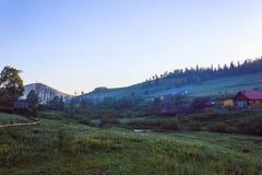 En by i den Carpathian dalen arkivfoto