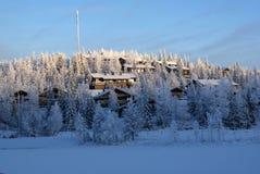 En by i Lapland som mycket är kallt Royaltyfria Bilder