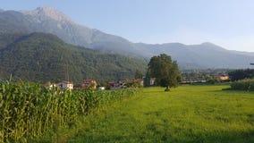 En by i nordliga Italien royaltyfri bild