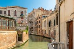 En idyllisk kanal i Venedig royaltyfri bild