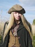 En iklädd lands- eller sjömanstil för ung kvinna i fältet Arkivfoton