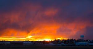 En illavarslande solnedgång i montana royaltyfria bilder