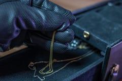 En inbrottstjuv stjäler smycken från en casket Arkivfoton