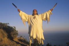 En indian som utför en jordceremoni, stora Sur, CA Arkivfoto