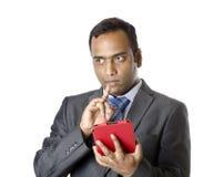 En indisk affärsman som arbetar på minnestavlan Royaltyfri Bild
