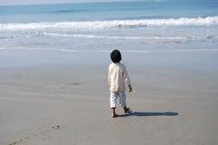 En indisk pojke på kusten Arkivfoton