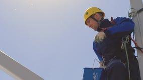 En industriell klättrare inställd på försäkring lager videofilmer