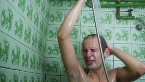 En influten man det fruktansvärda duschrummet för dusch lager videofilmer