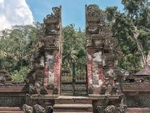 En ingång in i en gömd trädgård i Bali, Indonesien royaltyfria foton