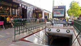 En ingång till den Paris tunnelbanan arkivfoton