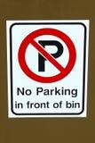 En ingen parkering framme av tecknet för avskrädefack Royaltyfri Fotografi