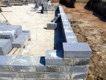 En initial etapp av byggande av fundamenten av ett bostads- ho Arkivbilder