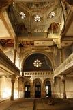 En inre sikt av en övergiven hebréisk judisk synagoga som badas i strålar av ljus royaltyfria foton