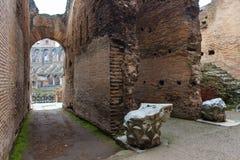 En inre sikt av Colosseum i Rome Arkivbild