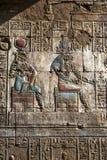 En inristad lättnad och hieroglyf på templet av Horus på Edfu i Egypten Arkivfoton