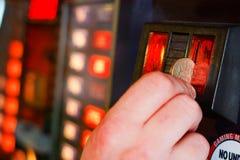 En insérant livre sterling inventez dans la machine de jeu Photos stock
