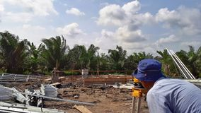 En inspektör som kontrollerar fundamentnivån, innan att hårdna under dag Arkivfoton