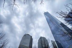 En internationell handelmitt i New York, upp sikt, grå himmel Royaltyfri Foto