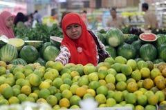 En invånare av fruktaffären i en av shoppingen Arkivfoto
