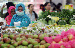 En invånare av fruktaffären i en av shoppingen Royaltyfri Fotografi
