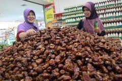 En invånare av fruktaffären i en av shoppingen Royaltyfria Foton