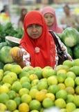 En invånare av fruktaffären i en av shoppingen Royaltyfri Bild