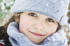 En invierno, en el bosque, hay una niña hermosa en a Fotos de archivo