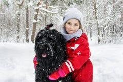 En invierno, la nieve cae en el bosque nevoso, juego de dos niñas Imagen de archivo libre de regalías