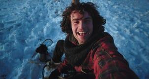 En invierno un turista solamente hacer un vídeo con su cámara que captura a su uno mismo y que disfruta del momento mientras que  metrajes