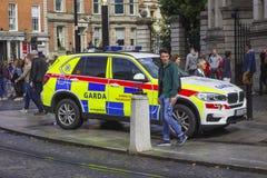 En irländsk polisbil som parkeras på trottoaren i den Dublin City mitten royaltyfria foton