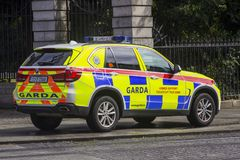 En irländsk polisbil som parkeras på trottoaren i Dublin royaltyfri foto