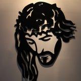 En ironcastbild av den korsfäste Kristus royaltyfria bilder