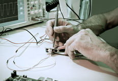 Testa av elektroniska delar med oscilloskopet arkivbilder