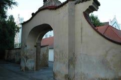 En Italia, una puerta hermosa de la calzada Imagen de archivo libre de regalías