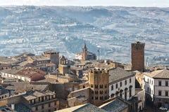 En italiensk bergstoppstad sitter högt ovanför bygden i avståndet royaltyfri fotografi