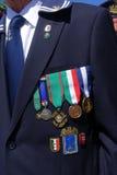 En italiensk pensionerad sjöman visar hans medaljer Royaltyfria Bilder
