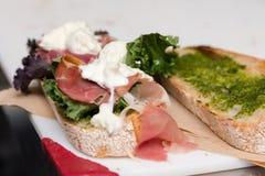 En italiensk stilsmörgås med prosciutto- och buffelmozzarellaen arkivfoto