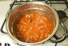 En italiensk tomatsås för matlagning Arkivbilder