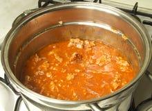 En italiensk tomatsås för matlagning Arkivfoto
