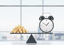 En jämvikt mellan tid och pengar På den en sidan är pengar, på annan är en ringklocka Begreppet av tid är pengar En nolla Arkivfoto