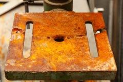 En järnplatta med hål som täckas med arkivfoto