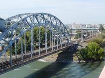En järnvägsbro Arkivfoton