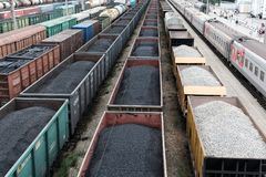 En järnvägsspår med fraktbilarna som står på det med kol, arkivbilder