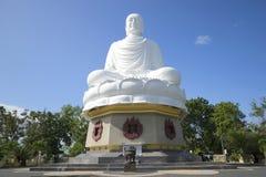 En jätte- skulptur av en placerad Buddha i den långa sonpagoden nhatrang vietnam arkivbilder