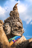 En jätte- staty i templet Arkivbild