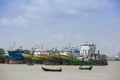 En jätte- tankfartyg som har väntat på Sadarghat, Chittagong, Bagladesh royaltyfri fotografi