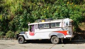 En jeepney på den lantliga vägen i Banaue, Filippinerna Arkivbild