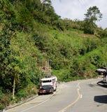 En jeepney på den lantliga vägen i Banaue, Filippinerna Royaltyfri Fotografi